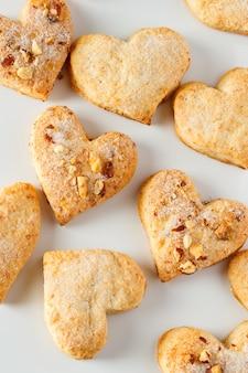 Biscoitos em branco em branco para dia dos namorados em forma de coração.