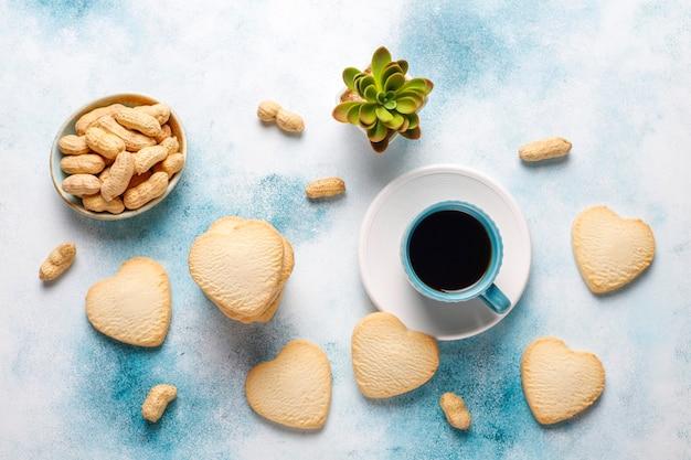 Biscoitos em forma de coração com amendoim