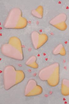 Biscoitos em forma de coração com cobertura de chocolate rosa para o dia dos namorados