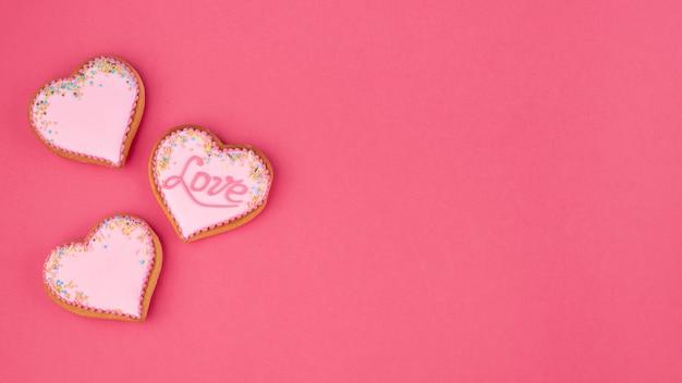 Biscoitos em forma de coração com espaço de cópia para dia dos namorados