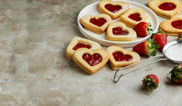 Biscoitos em forma de coração com geléia de morango, conceito de são valentim