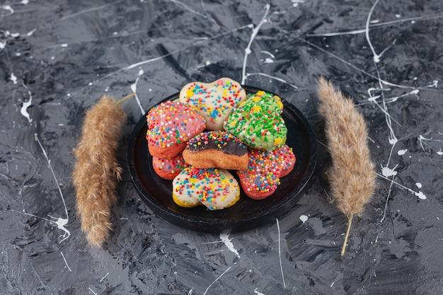 Biscoitos em forma de coração com granulado colorido.