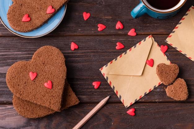 Biscoitos em forma de coração com granulado e envelope