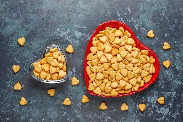 Biscoitos em forma de coração em uma tigela em forma de coração.