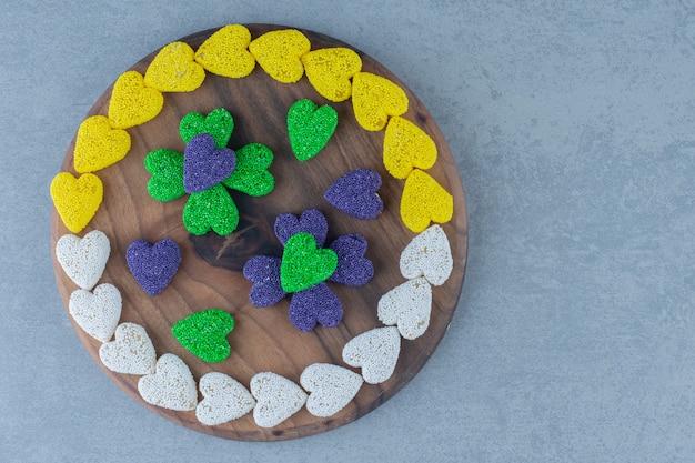Biscoitos em forma de coração na bandeja, na mesa de mármore.