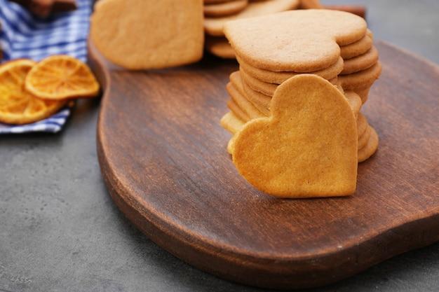 Biscoitos em forma de coração na tábua de corte