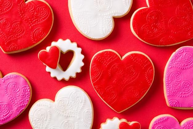 Biscoitos em forma de coração para dia dos namorados em fundo vermelho