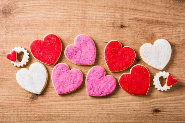 Biscoitos em forma de coração para dia dos namorados na mesa de madeira