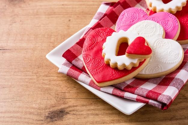 Biscoitos em forma de coração para dia dos namorados na superfície de madeira