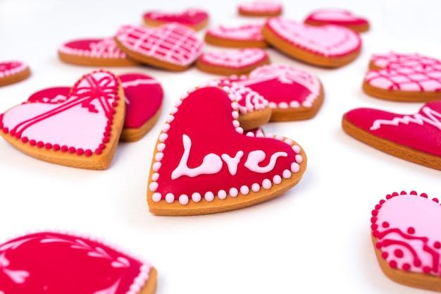 Biscoitos em forma de coração para o dia dos namorados com sinal de amor.