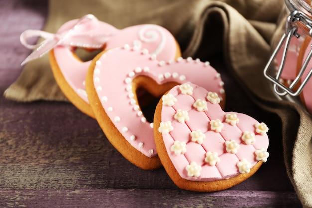 Biscoitos em forma de coração para o dia dos namorados na mesa de madeira