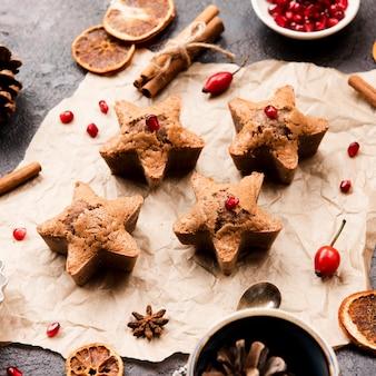 Biscoitos em forma de estrela com romã e rosa mosqueta