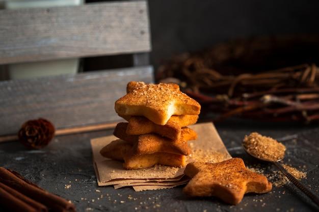 Biscoitos em forma de estrela de alto ângulo