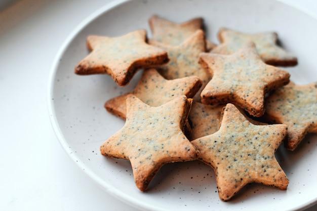 Biscoitos em forma de estrela em um prato branco