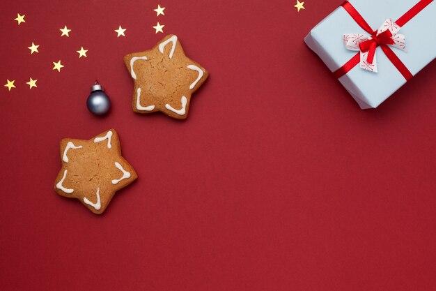 Biscoitos em forma de estrelas e um presente em uma caixa