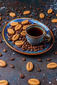 Biscoitos em forma de feijão de café e grãos de café.