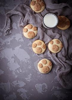 Biscoitos em forma de pata de gatos. foco seletivo