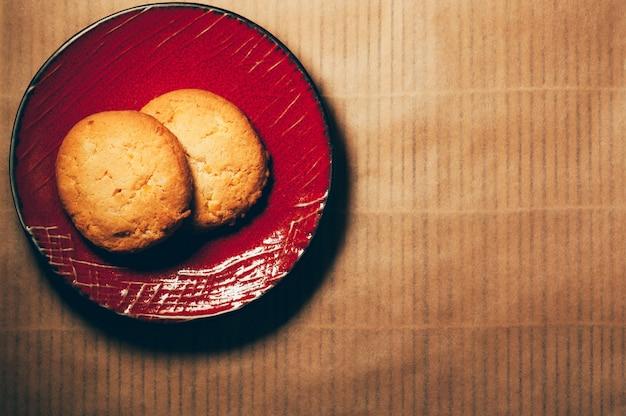 Biscoitos em um pires vermelho