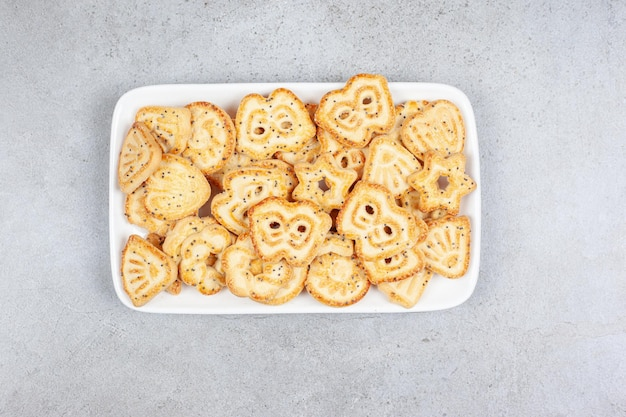 Biscoitos em um prato branco sobre fundo de mármore. foto de alta qualidade