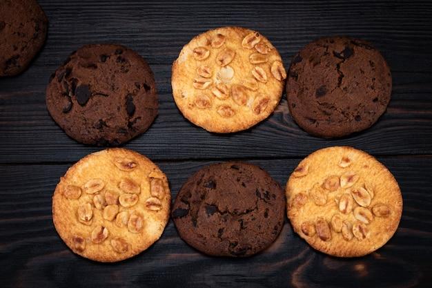 Biscoitos em uma mesa de madeira
