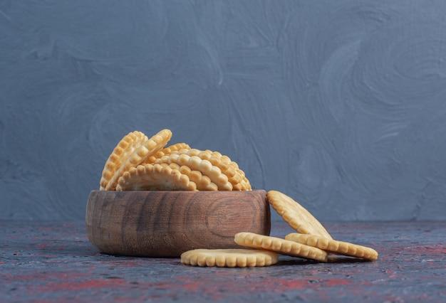 Biscoitos em uma tigela pequena na mesa abstrata.