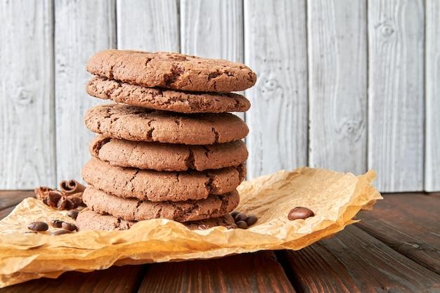 Biscoitos empilhados com especiarias e grãos de café em pergaminho