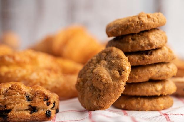 Biscoitos empilhados em um pano branco-vermelho.