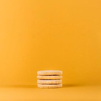 Biscoitos empilhados no fundo amarelo