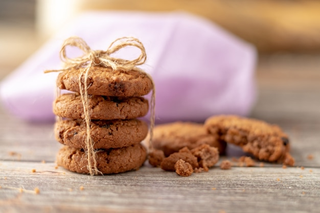 Biscoitos empilhados usam uma corda amarrada em uma mesa de madeira