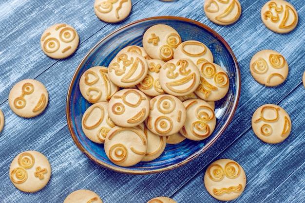 Biscoitos engraçados com emoções diferentes