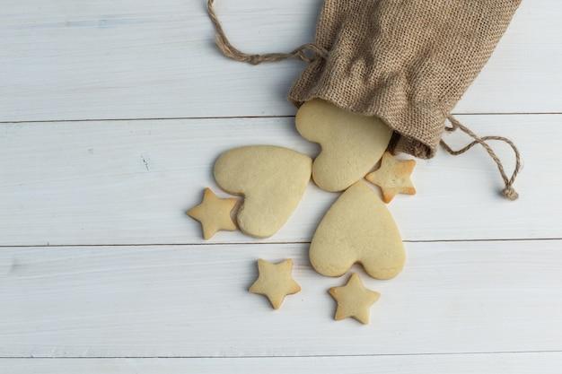 Biscoitos espalhados plana leigos de saco em fundo de madeira. horizontal
