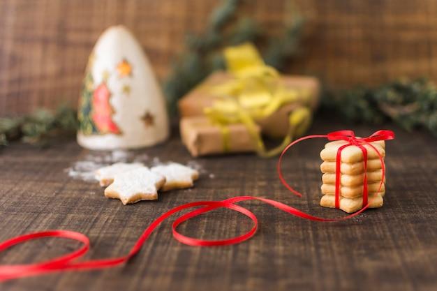 Biscoitos estrela com caixas de presente