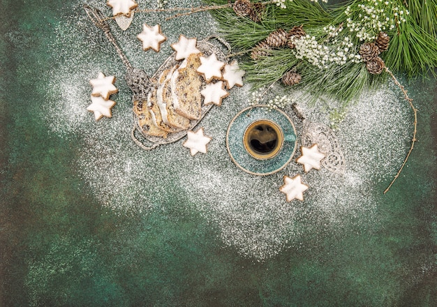 Biscoitos estrela de comida doce de natal, bolo stollen, café e decoração
