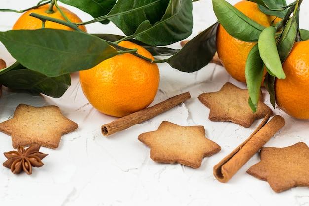 Biscoitos estrela de natal com especiarias e tangerina