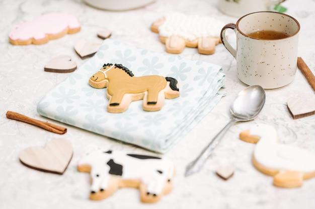 Biscoitos feitos à mão bonitos em uma forma dos animais