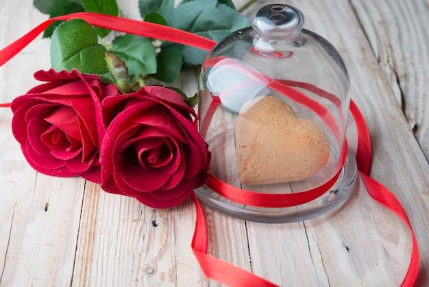Biscoitos festivos com corações e rosas no dia dos namorados,