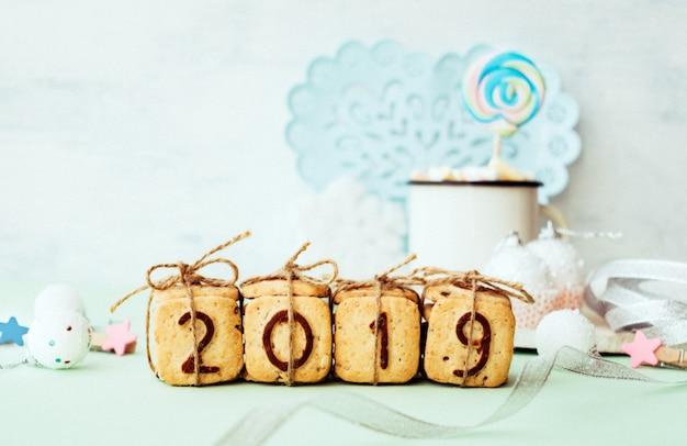 Biscoitos figuras 2019 com decoração festiva de inverno de natal