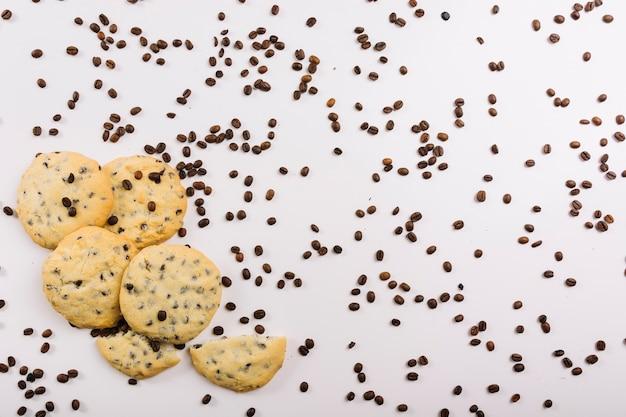 Biscoitos frescos e grãos de café