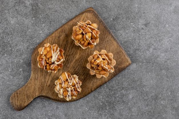 Biscoitos frescos e saborosos na placa de madeira. biscoitos de amendoim saborosos