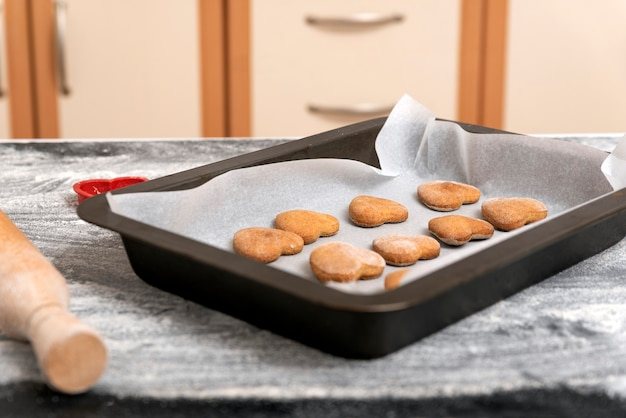 Biscoitos frescos na assadeira na mesa da cozinha. panificação caseira