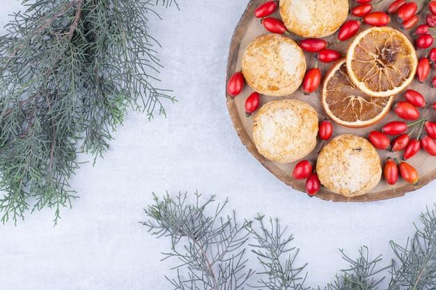 Biscoitos gostosos com rodelas de laranja e frutos do mar
