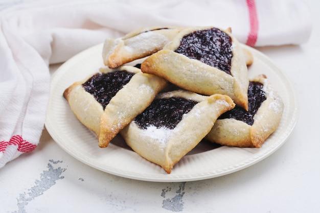 Biscoitos hamantaschen judaicos tradicionais com geléia de baga.