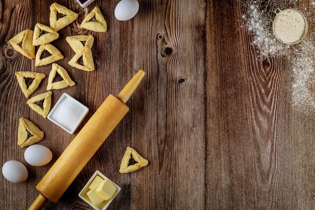Biscoitos judeus hamantaschen assados com ingredientes para o purim