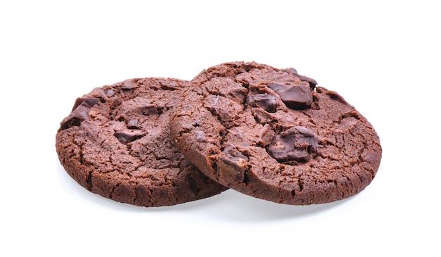 Biscoitos macios de chocolate escuros isolados na superfície branca