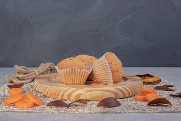 Biscoitos macios, fatias de corda e cenoura na mesa de mármore. foto de alta qualidade