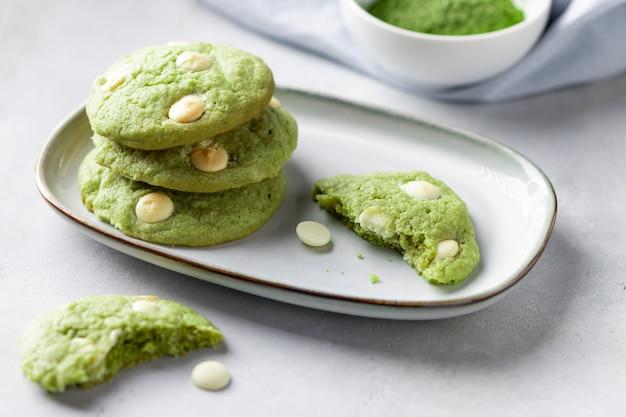 Biscoitos matcha de chá verde com chocolate branco no prato. comida vegana