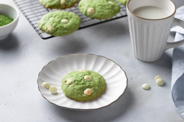 Biscoitos matcha de chá verde e xícara com leite de amêndoa
