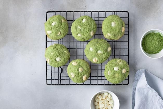 Biscoitos matcha de chá verde na grelha de refrigeração
