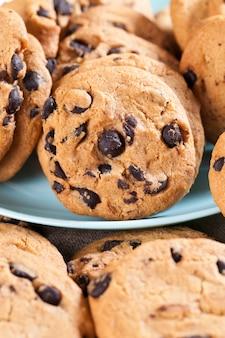 Biscoitos mistos de aveia e farinha de trigo close-up