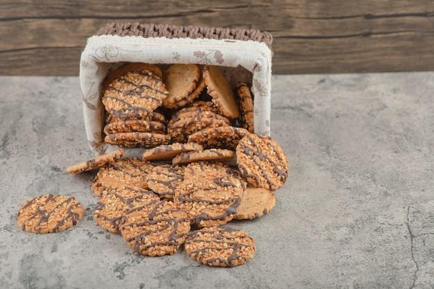Biscoitos multigrãos recém-assados com cobertura de chocolate fora da cesta.